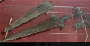 Dague Celte IVème siècle AV JC (fouille).png
